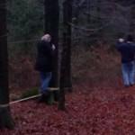 Team auf Geocaching-GPS Schatzsuche überwindet eine Schlucht
